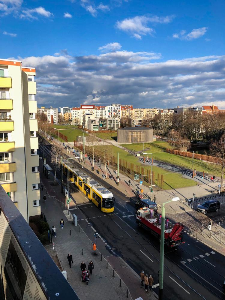 Bernauer Straße mit ehemaligem Grenzverlauf