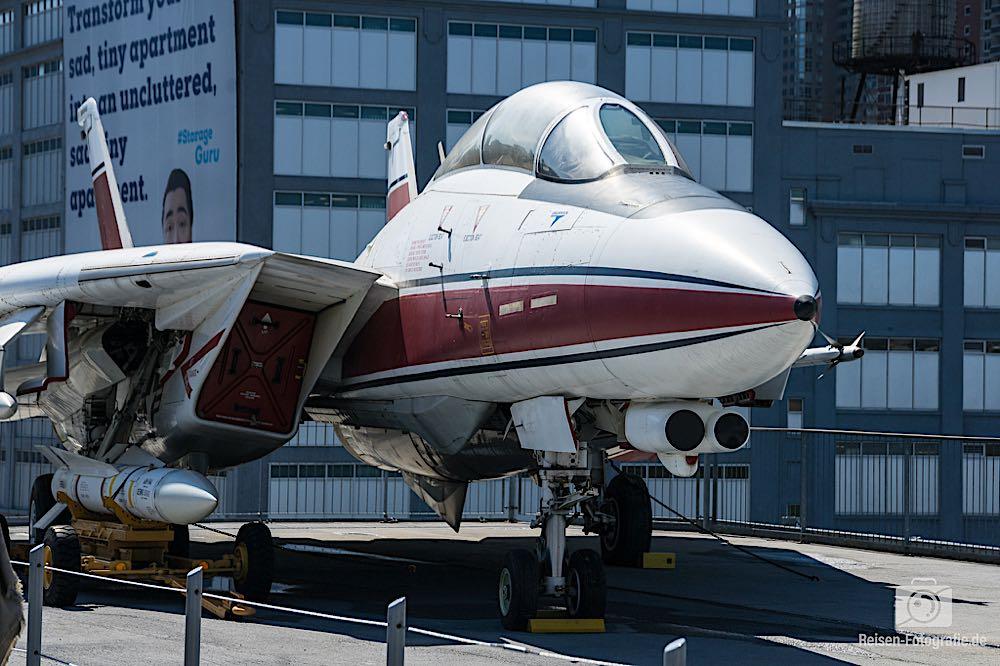 Flugzeug vor der Kulisse von Manhattan