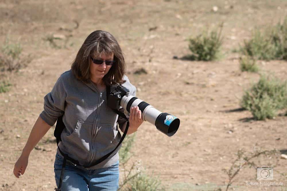 Melanie beim Versuch, weiter an den Adler heran zu kommen.