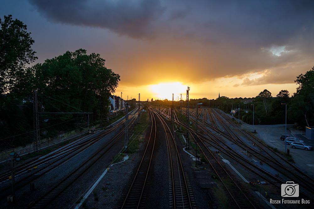 Sonnenuntergang über Bahngleisen