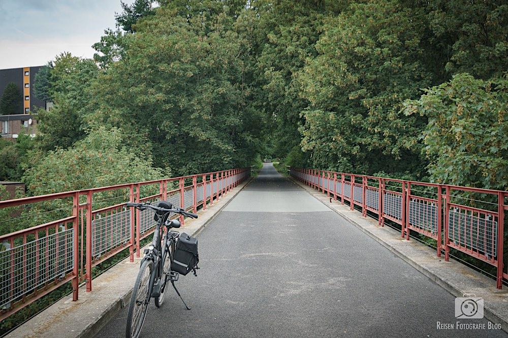 Eine der zahlreichen Brücken des Radweges