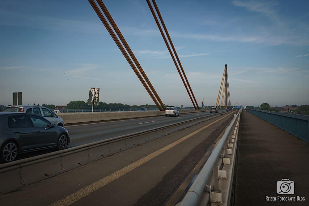 Auf der A40 Brücke