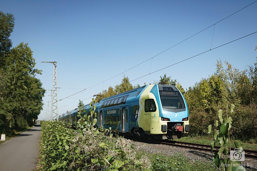 Am Start führt die Trasse noch an einer aktiven Bahnlinie vorbei