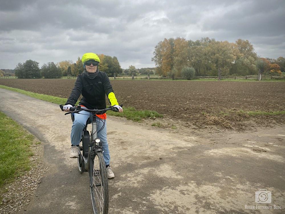 Melanie auf dem Rad im Herbst