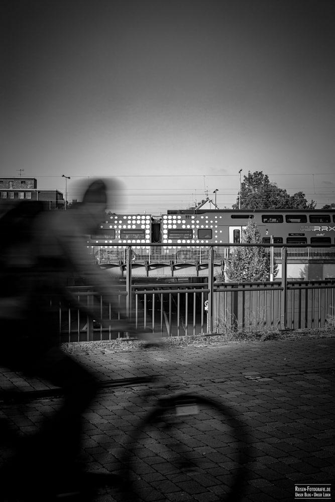 Biker am Bahnhof